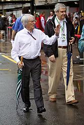 O presidente e CEO da Formula 1, Bernie Ecclestone (E), visita os boxes durante os treinos preparatórios para o Grande Prêmio do Brasil, em São Paulo em 06 de novembro de 2010. FOTO: Jefferson Bernardes/Preview.com