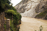 China, Yunnan province, The Yangzi River running through Tiger Leaping Gorge