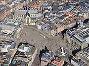 Nederland, Noord-Holland, Amsterdam; 23-03-2020; Dam en Damplein, ongehoord stil op vrachtauto's en een politieauto na. Geen drommen toeristen of dagjesmensen. De Bijenkorf aan her Damrak is gesloten.<br /> Het publieke leven in het centrum van de hoofdstad is bijna geheel stil komen te liggen als gevolg van het Corona virus. Niet alleen is alle horeca dicht, ook veel winkels en andere bedrijven zijn gesloten. Het publiek blijft over het algemeen binnen, de straten en pleinen zijn stil.<br /> Dam square is incredibly quiet, no crowds of tourists or day trippers.<br /> Public life in the center of the capital has come to a complete standstill as a result of the Corona virus. Not only are all pubs, coffee shops and restaurants,  closed, many shops and other companies are also closed. The public generally stays inside, the streets and squares are very quiet.<br /> <br /> luchtfoto (toeslag op standaard tarieven);<br /> aerial photo (additional fee required)<br /> copyright © 2020 foto/photo Siebe Swart