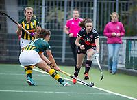 AMSTELVEEN - Filiz Tuzgöl (Amsterdam) met Anke Sanders (HDM) tijdens de competitie hoofdklasse hockeywedstrijd dames, Amsterdam-HDM (1-1).  COPYRIGHT KOEN SUYK