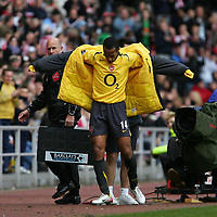 Photo: Andrew Unwin.<br /> Sunderland v Arsenal. The Barclays Premiership. 01/05/2006.<br /> Arsenal's Thierry Henry puts on his jacket after he is substituted.