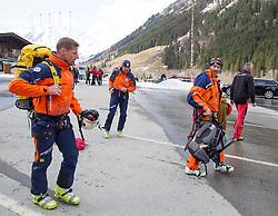 12.04.2015, Mautstelle Fusch, Fusch an der Glocknerstrasse, AUT, Alpinunfall, Skitourengeher in Gletscherspalte am Wiesbachhorn. Die Bergung der am Samstag in eine Gletscherspalte abgestürzten Skitourengeher auf dem Großen Wiesbachhorn bei Fusch (Pinzgau) ist Sonntagfrüh gelungen. Retter nutzten eine Wetterbesserung, flogen zur Unfallstelle und brachten die Verunglückten ins Tal. Hier im Bild Bergretter. EXPA Pictures © 2015, PhotoCredit: EXPA/ JFK