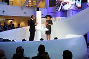 Koningin Máxima opent het FrieslandCampina Innovation Centre in Wageningen. In dit nieuwe centrum brengt het zuivelbedrijf het merendeel van hun onderzoeks- en ontwikkelingsactiviteiten samen. <br /> <br /> Queen Máxima opens FrieslandCampina Innovation Centre in Wageningen. This new center the dairy spends most of their research and development together.<br /> <br /> Op de foto / On the photo:  Koningin Máxima doet de openingshandeling door een kan met melk leeg te schenken rechts Cees 't Hart, CEO en voorzitter van FrieslandCampina / Queen Máxima does the opening ceremony by an empty a can with milk right Cees' t Hart, CEO and Chairman of FrieslandCampina