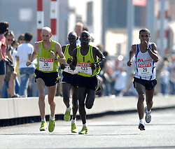 15-04-2007 ATLETIEK: FORTIS MARATHON: ROTTERDAM<br /> In Rotterdam werd zondag de 27e editie van de Marathon gehouden. De marathon werd rond de klok van 2 stilgelegd wegens de hitte en het grote aantal uitvallers / Janne Holmen en Clodoaldo da Silva<br /> ©2007-WWW.FOTOHOOGENDOORN.NL