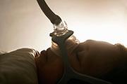 Nederland, Ubbergen, 26-10-2018Slapende vrouw met zuurstofmasker ter voorkoming van slaapapneu. (vrouw is echtgenote van fotograaf). Continious Positive Airway Pressure, apparaat dat met behulp van lucht door een masker te blazen de luchtweg openhoudt. Behandeling van ernstig osas . Foto: Flip Franssen