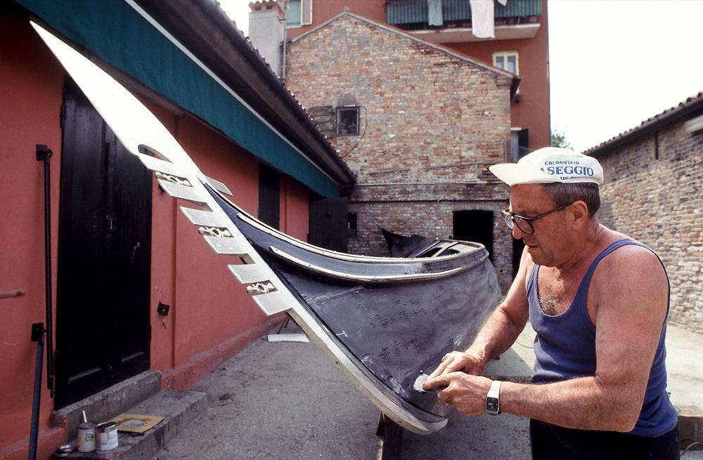 Venezia, 05.92. Nedis Tramontin lavora a una gondola nel cantiere Domenico Tramontin e Figli, costruttori di gondole dal 1884.<br /> Foto: Víctor Sokolowicz