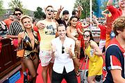 De jaarlijkse Canal Parade is onderdeel van de Amsterdam Gay Pride. Tijdens dit evenement vieren lesbiennes, homos, biseksuelen en transgenders (LHBT) dat ze mogen zijn wie ze zijn en mogen houden van wie ze willen. <br /> <br /> The annual Canal Parade is part of the Amsterdam Gay Pride. During this event lesbians, homosexuals, bisexuals and transgenders (LGBT) celebrate that they can be who they are and are allowed to love who they want.<br /> <br /> Op de foto / On the photo:  Guido Spek , Dilan Yurdakul , Robin Martens , Ferri Somogyi , Stijn Fransen , Joey Ferre