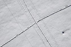 THEMENBILD - Schneespuren von den Seilen einer Stromleitung durch heruntergefallen Schnee von den Seilen einer Stromleitung sowie Fussspuren die sich kreuzen auf verschneiter Wiese in Matrei in Osttirol, Österreich am Dienstag, 5. Januar 2021. Luftbild, aufgenommen mit einer Drohne, nach den starken Schneefällen welche vom 5. bis 8. Dezember 2020 sowie vom 1. bis 3 Jänner 2021 über Osttirol und Oberkärnten nieder gingen, sorgten für grosse Neuschneemengen in der Region // Snow traces from the ropes of a power line due to fallen snow from the ropes of a power line and footprints on snowy meadow in Matrei in East Tyrol, Austria on Tuesday, January 5, 2021. Aerial photo, taken with a drone, after the heavy snowfalls which fell over East Tyrol and Upper Carinthia from December 5 to 8, 2020, and from January 1 to 3, 2021, caused large amounts of new snow in the region. EXPA Pictures © 2021, PhotoCredit: EXPA/ Johann Groder
