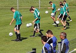 19.07.2011, Bad Kleinkirchheim, AUT, Fussball Trainingscamp VFL Wolfsburg, im Bild Spieler und Trainer, EXPA Pictures © 2011, PhotoCredit: EXPA/Oskar Hoeher
