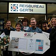 Prijsuitreiking cheque reisburo Gerth Huizen