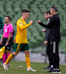 DUBLIN, REPUBLIC OF IRELAND - Sunday, October 11, 2020: Wales' Harry Wilson fist bumps manager Ryan Giggs during the UEFA Nations League Group Stage League B Group 4 match between Republic of Ireland and Wales at the Aviva Stadium. The game ended in a 0-0 draw. (Pic by David Rawcliffe/Propaganda)