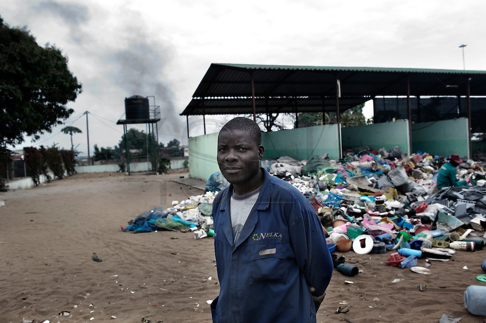 Recicla is a cooperative based in Maputo born from the effort of  Caritas and an italian NGO. The aim of the cooperative is to recycle the plastic collected in the nearby dump, one of the biggest dump of the sub-saharan countries. Recicla is made of around 20 workers that previously collected rubbish in the dump; today they have a salary and a more dignified life. The work in the cooperative allow them to be able to plan their life, several of them have now a better house and moneys to buy food for their children.
