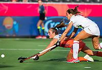 ANTWERPEN -  Xan de Waard (Ned) met Maria Lopez (Esp) tijdens  hockeywedstrijd  dames,Nederland-Spanje,   bij het Europees kampioenschap hockey.   COPYRIGHT KOEN SUYK