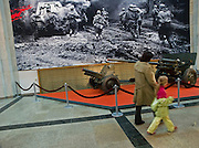 """Besucher in einer Ausstellung mit Dokumenten aus dem 2. Weltkrieg im Museum des Großen Vaterländischen Krieges in Moskau. Das Museum befindet sich auf dem Berg """"Poklonnaja Gora"""".<br /> <br /> Visitors infront of an exhibition with documents  from WW II in the Museum of the Great Patriotic War in Moscow at Poklonnaya Gora (Bowing Hill)."""