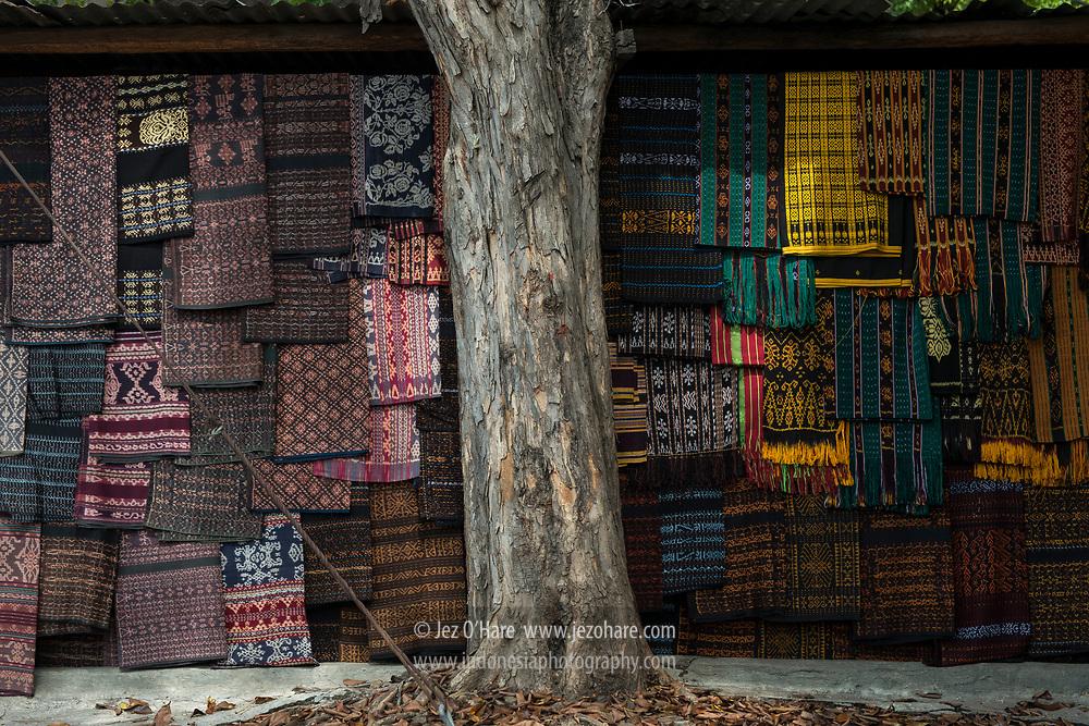 Ikat tenun di Pasar Ende, Flores, Nusa Tenggara Timur, Indonesia