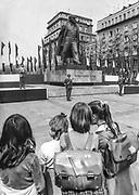 Dziewczynki oglądające manifestację patriotyczną na Placu Centralnym w Nowej Hucie pod pomnikiem Lenina. Początek lat 80. XX wieku