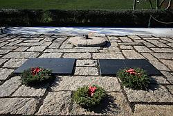 19.01.2016, Potomac River, Arlington, USA, Nationalfriedhof in Arlington, im Bild Die Gräber von John F. Kennedy und Jaqueline Kennedy-Onasis mit der Ewigen Flamme auf dem Nationalfriedhof in Arlington // a view of the Arlington National Cemetery Potomac River in Arlington, United States on 2016/01/19. EXPA Pictures © 2016, PhotoCredit: EXPA/ Eibner-Pressefoto/ Hundt<br /> <br /> *****ATTENTION - OUT of GER*****