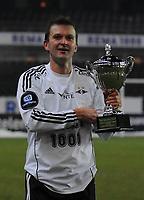 Fotball Testimonial Roar Strand,  Rosenborg - Tippeliga All-Stars 11 november  2010<br /> Lerkendal Stadion, Trondheim<br /> <br /> Roar Strand med pokalen etter kampen<br /> <br /> <br /> Foto : Arve Johnsen, Digitalsport