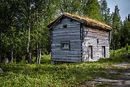 VILDMARKSVÄGEN JULI 2020<br /> Ett av de mindre tvålägenhetshus jag sett, dessutom med två våningar. Dörrarna är svårforcerade om man är över 180 cm men man inser att det finns vinster i form av uppvärmningetc. kalla vinterdagar. Huset står i Fatmomakke.<br /> Foto: Per Danielsson/Projekt.P