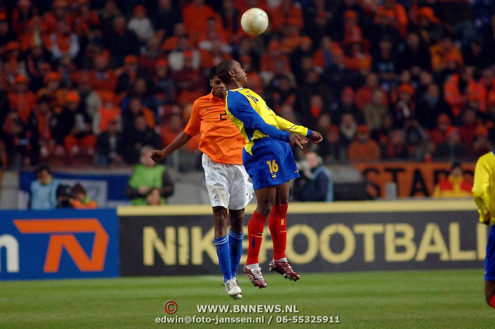 NLD/Amsterdam/20060301 - Voetbal, oefenwedstrijd Nederland - Ecuador, Kew Jaliens in kopduel met Felix Borja