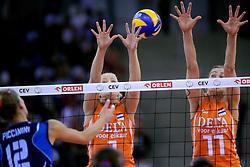 04-10-2009 VOLLEYBAL: FINALE EUROPEES KAMPIOENSCHAP NEDERLAND - ITALIE: LODZ <br /> De Nederlandse volleybalvrouwen zijn er niet in geslaagd om het goud te pakken. Italie was met 3-0 te sterk / Kim Staelens em Caroline Wensink<br /> ©2009-WWW.FOTOHOOGENDOORN.NL