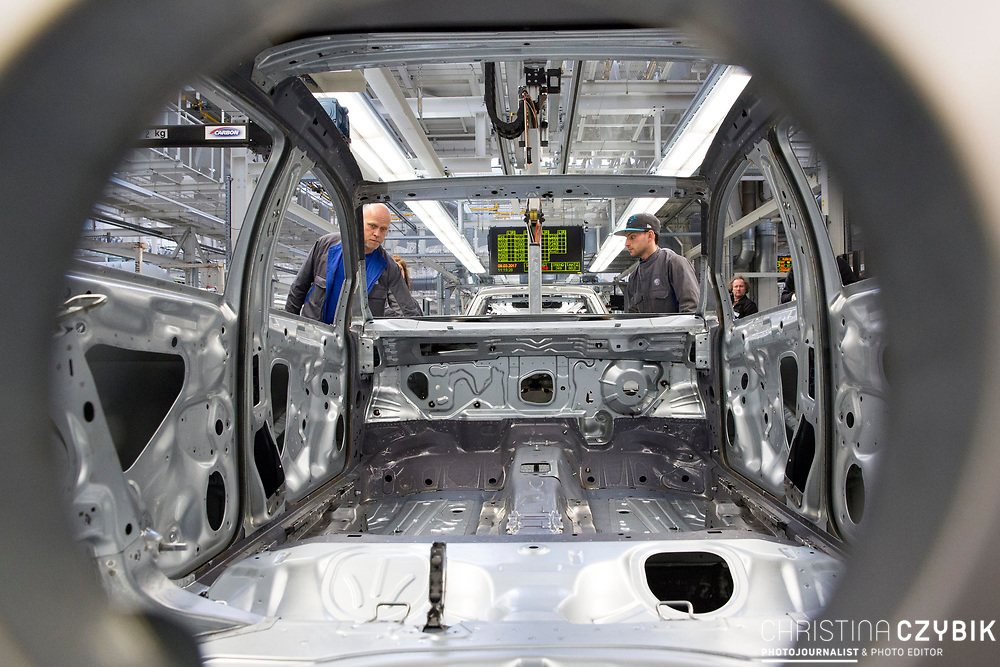 Produktion im VW Werk: Karosseriebau Montage Anbauteile / 090317<br /> <br /> <br /> ***Production of VW cars such as Golf and E Golf at the factory in Wolfsburg, Germany on March 9, 2017***