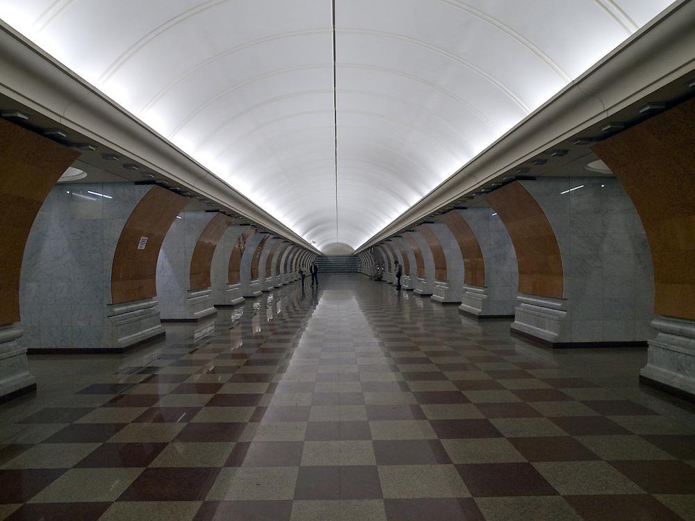 """Moskau/Russische Foederation, RUS, 10.05.2008: Die Metrostation Park Pobedy wurde erst im Jahre 2003 fertiggestellt. Sie liegt 80 Meter unter der Erde. Ans Tageslicht fuehren die laengsten Rolltreppen der Moskauer Metro. Oben ist der Siegespark, die wichtigste offizielle Gedenkstaette Moskaus fuer den Sieg im Grossen Vaterlaendischen Krieg.<br /> <br /> Moscow/Russian Federation, RUS, 10.05.2008: Metrostation Park Pobedy """"Victory Park"""", is a station on the Arbatsko-Pokrovskaya Line of the Metro. At 97 m underground, it is the deepest station in Moscow. It also contains the longest escalators in Europe, each one is 126 metres long and has 740 steps."""