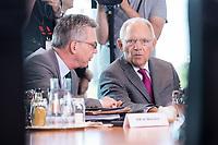 21 JUN 2017, BERLIN/GERMANY:<br /> Thomas de Maiziere (L), CDU, Bundesinnenminister, und Wolfgang Schaeuble (R), CDU, Bundesfinanzminister, im Gespraech, vor Beginn der Kabinettsitzung, Bundeskanzleramt<br /> IMAGE: 20170621-01-008<br /> KEYWORDS: Kabinett, Sitzung, Thomas de Maizière, Wolfgang Schäuble, Gespräch