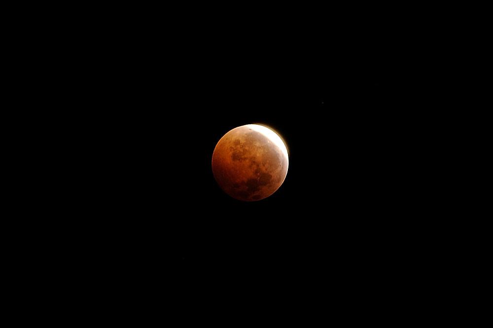 SOLD OUT<br /> <br /> -<br /> <br /> Eclipse lunar / eclipse de luna en solsticio, 21 de diciembre de 2010.<br /> <br /> Edición de 3 | Víctor Santamaría.