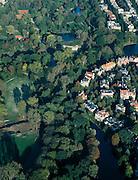 Nederland, Amsterdam, Vondelpark, 17-10-2005; luchtfoto (25% toeslag); stadsvilla's in de bocht van de Koningslaan in Amsterdam-Zuid, grenzend aan het Vondelpark; midden in de bocht Emmalaan en Emmaplein; verder: begin van de Van Eeeghenstraat (rechtboven) en het rode gravel van de tennisbanen aan de Kattenlaan (linksboven); stadsgroen, boemen, vijvers, Zocher, oud geld, wonen op stand.foto Siebe Swart