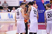 DESCRIZIONE : Biella LNP DNA Adecco Gold 2013-14 Angelico Biella Manital Torino Playoff Quarti di Finale<br /> GIOCATORE : Damian Hollis Simone Berti Arbitro<br /> CATEGORIA : Arbitro Fairplay<br /> SQUADRA : Angelico Biella Arbitro<br /> EVENTO : Campionato LNP DNA Adecco Gold 2013-14<br /> GARA : Angelico Biella Manital Torino<br /> DATA : 04/05/2014<br /> SPORT : Pallacanestro<br /> AUTORE : Agenzia Ciamillo-Castoria/Max.Ceretti<br /> Galleria : LNP DNA Adecco Gold 2013-2014<br /> Fotonotizia : Biella LNP DNA Adecco Gold 2013-14 Angelico Biella Manital Torino Playoff Quarti di Finale<br /> Predefinita :