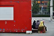 Nederland, Den Bosch, 6-9-2014<br /> Vier vrouwen in moslimkleding, moslimvrouwen,moslimas, wachten op het busstation op hun bus, vervoer, naar het asielzoekerscentrum, azc, in Grave.<br /> FOTO: FLIP FRANSSEN/ HOLLANDSE HOOGTE
