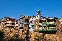 Géorgie, Tbilissi, la Vieille Ville ou Dzveli Kalaki, le quartier de Abanotubani ou quartier des bains sulfureux dominé par la forteresse Narikala // Georgia, Caucasus, Tbilisi, old city, Narikala fortress