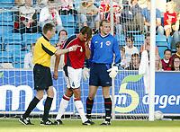 Fotball, 18. august 2004,  Privatkampen Norge - Belgia,  Claus Lundekvam, Norge, blir sendt av banen med et kutt over øyet