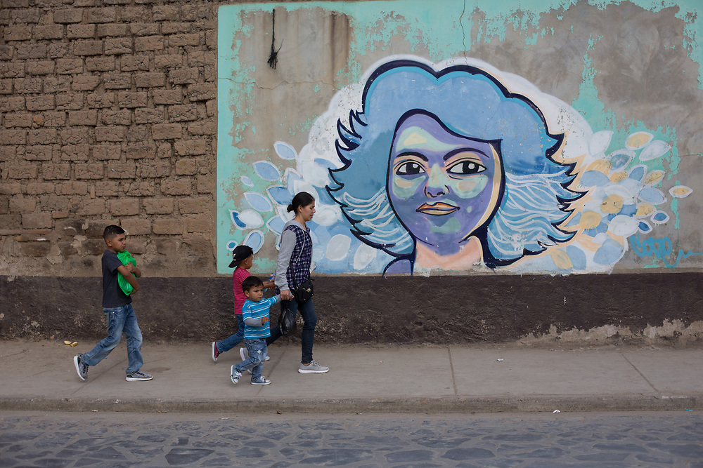 A street scene in Intibucá outside the city prison, the mural painted on the wall is a portrait of Berta Cáceres. Berta Cáceres campaigned and organised communities in Intibucá and other areas of Honduras to defend indigenous rights and territories before her assassination.
