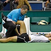 NLD/Rotterdam/20100214 - ABN - AMRO tennistoernooi 2010, finale Michail Joezjni word behandeld aan zijn dijbeenblessure