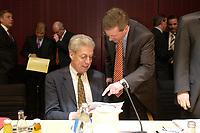 11 DEC 2003, BERLIN/GERMANY:<br /> Henning Scherf (L), SPD, 1. Buergermeister Bremen, und Christian Wulff (R), CDU, Ministerpraesident Niedersachsen, im Gespraech, vor Beginn der Sitzung des Vermittlungsausschusses, Bundesrat<br /> IMAGE: 20031211-02-034<br /> KEYWORDS: Gespräch