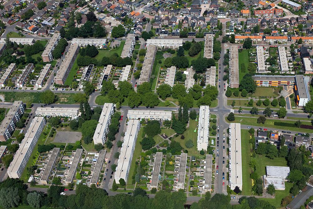 Nederland, Overijssel, Hengelo, 30-06-2011; Klein Driene, wederopbouwwijk, ontworpen in jaren '50. Kenmerkend zijn de open verkaveling van rechte blokken en het groene karakter van de wijk. Het deel Klein Driene II is .het meer moderne deel, met betonstructuren en platte daken. .Klein Driene, post-war reconstruction neighborhood, designed in the '50s. Characterized by the open structure of straight building blocks and the green character of the neighborhood..luchtfoto (toeslag), aerial photo (additional fee required).copyright foto/photo Siebe Swart
