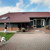 Nederland, Goudriaan , 10 september 2012..Duurzame landbouw van boer Jan Vonk en zijn duurzame boerderij getiteld de Verwondering.. .Een duurzame landbouw biedt voldoende voedsel voor de wereldbevolking, nu en in de toekomst. Dat betekent wel dat we andere voedingspatronen krijgen, met minder vlees en minder zuivel..  .Op de foto: De moeder van boer Jan vonk heeft zojuis het B&B huisje dat achter de boerderij staat schoongemaakt voor de volgende gasten..Foto:Jean-Pierre Jans