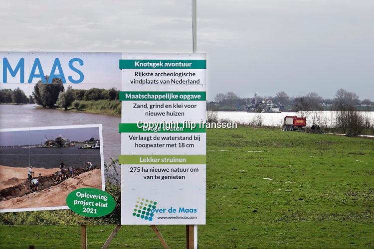 Nederland, Alphen, 16-7-2019 Zandwinningsgebied Over de Maas. Langs de Maas tussen Grave en Lith worden belangrijke aanpassingen gedaan worden door Rijkswaterstaat om de rivier klaar te maken voor de toekomst . Hierdoor ontstaan nieuwe recreatiegebieden en natuurgebieden .  Het Deltaplan is nog in uitvoering en heet hier de meanderende maas . Er wordt o.a. granuliet gestort de diepte te verminderen zodat er meer leven in de natuurplas komt .  De stort is omstreden en er zijn protesten van bewoners. Foto: Flip Franssen