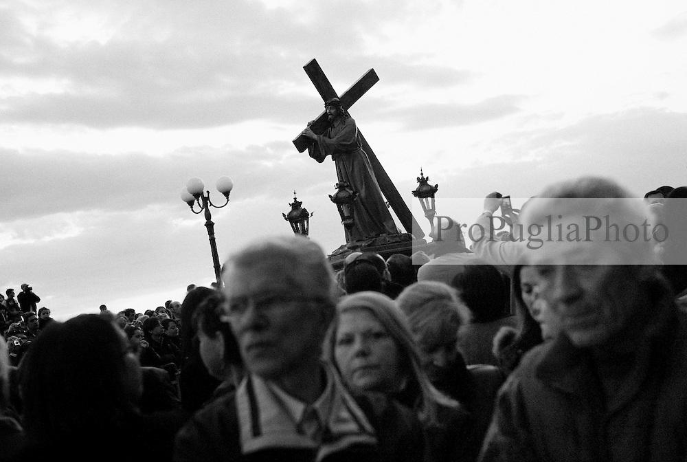 Reportage sulla processione del venerdi santo a Gallipoli...la processione sfila tra la folla di fedeli e partecipanti all'evento.