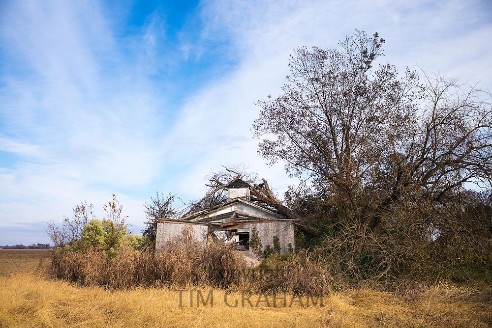 Derelict rundown old abandoned Cajun shack in the MIssissippi Delta in Louisiana, USA