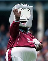 West Ham mascot. West Ham United 1:1 Liverpool, F.A. Carling Premiership, 17/9/2000. Credit: Colorsport / Stuart MacFarlane.