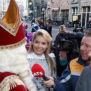 NLD/Amsterdam/20111117 - Inloop Bennie Stout in premiere voor Sinterklaas, Sinterklaas in gesprek met Hanna Verboom