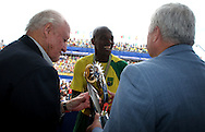 Footbal-FIFA Beach Soccer World Cup 2006 - Final- BRA xURU -The capitan Junior Negão it receives trofeu it of champion of the president of honor of the FIFA   -Rio de Janeiro- Brazil - 12/11/2006.<br />Mandatory Credit: FIFA/Ricardo Ayres