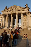 16 APR 2003, BERLIN/GERMANY:<br /> Besucher warten in einer Schlange vor dem Reichstagsgebaeude, Sitz des Deutschen Bundestages, im Abendlicht, Fruehling<br /> IMAGE: 20030416-02-012<br /> KEYWORDS: Reichstagsgebäude, Frühling, Reichstag, Parlament
