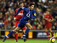 Fotball<br /> Premier League 2004/05<br /> Liverpool v Arsenal<br /> 28. november 2004<br /> Foto: Digitalsport<br /> NORWAY ONLY<br /> Robin Ven Persie skips past Harry Kewell