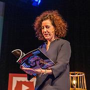 NL/Baarn/20201126 - Minister Van Engelshoven te gast bij Theater Thuis.nl, Minister Ingrid van Engelshoven met het eerste Theater Thuis Magazine
