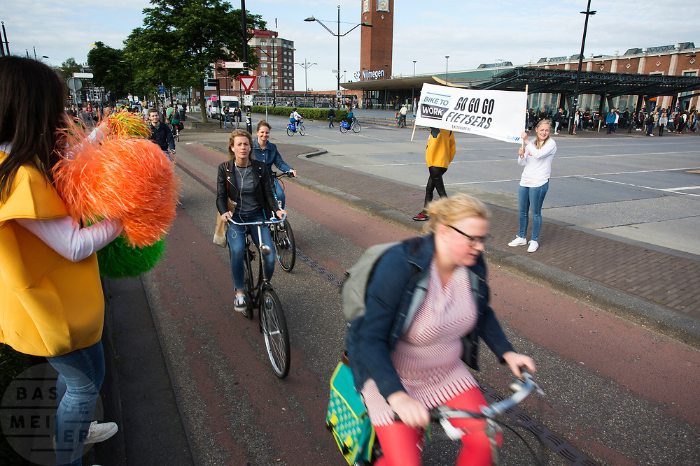 Bij het station worden fietsers toegejuichd. In Nijmegen wordt de internationale conferentie Velo City gehouden. Tijdens het meerdaags congres praten beleidsmedewerkers en de fietsindustrie over het gebruik van de fiets in het dagelijks leven. Daarnaast zijn er tal van fietsgerelateerde activiteiten.<br /> <br /> In Nijmegen the bike related congress Velo City 2017 is held. From all over the world people come to talk about the use of the bicycle as a way of transportation.