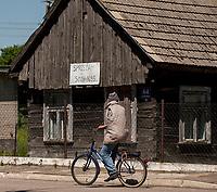 04.06.2015 wies Dubicze Cerkiewne woj podlaskie Wedlug najnowszego spisu ludnosci narodowosc bialoruska zadeklarowało 81,33% mieszkancow tej gminy  , ktora jednoczesnie ma jeden z najnizszych w Polsce wskaznikow przyrostu naturalnego n/z drewniany dom na sprzedaz fot Michal Kosc / AGENCJA WSCHOD